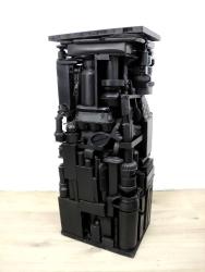 Sockel 9 (schwarz) 2015, Verschiedene Materialien, Holz, Spielzeug, Sprühlack 86,5 x 35 x 28 cm