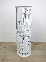 Sockel 7 (weiß, rund) 2014, Verschiedene Materialien, Fundstücke, Holz, Spielzeug, Sprühlack, 105 x 35 x 35 cm